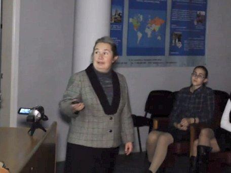 [Elena Boldyreva delivering lecture]